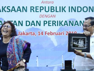 Jaksa Agung Serahkan Kapal SS2 ke Menteri Susi