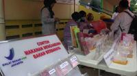 Pengujian makanan berbahaya di Pasar Klender (Liputan6.com/ Nanda Perdana Putra)
