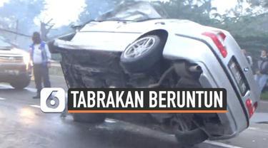 Kecelakaan tabrakan beruntun terjadi di ruas jalan tol Meruya Jakarta Kamis (17/6) pagi. Tabrakan ini membuat dua mobil terguling,