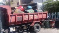 Petugas evakuasi drum yang berisi cairan lumpur dari semburan lumpur bercampur minyak dan gas di Perumahan Kutisari, Surabaya, Jawa Timur. (Foto: Liputan6.com/Dian Kurniawan)