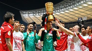Para pemain Bayern Munchen merayakan gelar juara DFB Pokal setelah mengalahkan RB Leipzig di Stadion Olympic, Berlin, Sabtu (25/5). Munchen menang 3-0 atas Leipzig. (AFP/Tobias Schwarz)