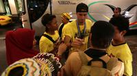Pemain Mitra Kukar, Patrick Cruz, disambut suporter Mitra Kukar saat tiba di Hotel Sultan, Jakarta, seusai menjuarai Piala Jenderal Sudirman, Minggu (24/1/2016). (Bola.com/Arief Bagus)