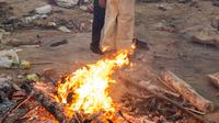 Anggota keluarga saling berpelukan saat pembakaran para korban yang meninggal karena virus corona COVID-19 di tempat kremasi di New Delhi, India, Senin (26/4/2021). Diprediksi di New Delhi bisa ada satu orang meninggal karena COVID-19 setiap lima menit. (Jewel SAMAD/AFP)