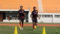 Gelandang Persis, Iman Budi Hernandi (kiri), berlatih keras menjelang duel kontra Persik Kediri di Stadion Wilis, Madiun (5/7/2019). (Bola.com/Vincentius Atmaja)