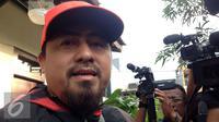 Kakak sekaligus manajer Saipul Jamil, Samsul Hidayatullah, saat mendatangi Polsek Kelapa Gading, Jakarta Utara. [Foto: Fachrur Rozie/Liputan6.com]