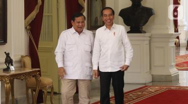 Presiden Joko Widodo tertawa saat menerima Ketua Umum Partai Gerindra Prabowo Subianto di Istana Merdeka, Jakarta, Jumat (11/10/2019). Dalam pertemuan tersebut mereka membahas permasalahan bangsa dan koalisi. (Liputan6.com/Angga Yuniar)