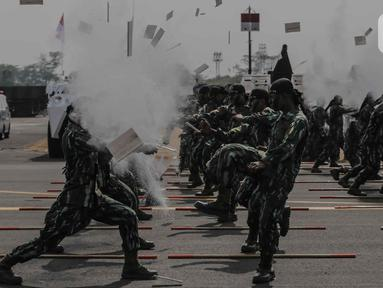 Personel TNI menunjukan aksi bela diri usai mengikuti upacara gladi bersih HUT ke-74 TNI di Lapangan Udara (Lanud) Halim Perdanakusuma, Jakarta, Kamis (3/10/2019). Gladi bersih ini dimulai dengan parade tiap satuan, AD, AL, dan AU. (Liputan6.com/Faizal Fanani)
