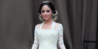 Beberapa hari belakangan ini, rumah tangga Dewi Perssik menjadi perhatian. Pasalnya, pasangan yang selalu mesra dengan suami barunya, Angga Wijaya itu dikabarkan sedang gonjang-ganjing. (Instagram/dewiperssikreal)