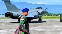 Tentara Indonesia terlihat menjaga jet milik militer Prancis tersebut, yang mendarat darurat di Aceh. (AFP)