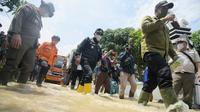 Gubernur Jawa Barat (Jabar) Ridwan Kamil meninjau lokasi banjir di Pamanukan, Kabupaten Subang, Selasa (9/2/2021). (Foto: Humas Jabar)