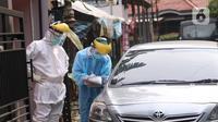 Petugas mengambil sampel spesimen saat swab test secara drive thru di halaman Laboratorium Kesehataan Daerah (LABKESDA) Kota Tangerang, Banten, Kamis (9/4/2020). Pemkot Tangerang melaksanakan swab test yang dilakukan untuk tenaga medis dan orang dalam pemantauan (ODP). (Liputan6.com/Angga Yuniar)