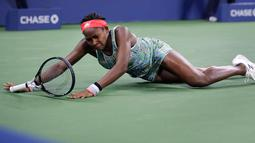 Petenis berusia 15 tahun Coco Gauff terjatuh saat mengejar bola tembakan Timea Babos dalam putaran kedua turnamen tenis AS Terbuka di New York, AS, Kamis (29/8/2019). Petenis asal AS tersebut menaklukkan Timea Babos dengan skor 6-2, 4-6, dan 6-4. (AP Photo/Charles Krupa)