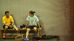 Greysia Polii berdiskusi dengan Pelatih Eng Hian usai berlatih jelang Kejuaraan Dunia BWF 2015 di Pelatnas Cipayung, Jakarta, Kamis (6/8/2015). (Bola.com/Vitalis Yogi Trisna)