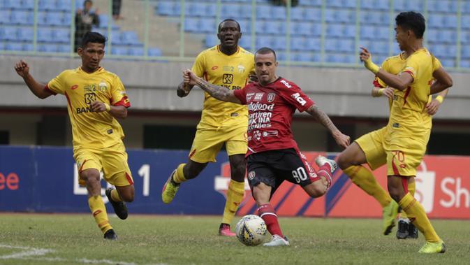 Gelandang Bali United, Paulo Sergio, berusaha melewati pemain Bhayangkara FC pada laga Shopee Liga 1 di Stadion Patriot Chandrabhaga, Bekasi, Jumat (13/9). Bhayangkara bermain imbang 0-0 atas Bali United. (Bola.com/Yoppy Renato)