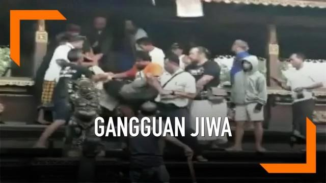 Seorang pria dengan gangguan kejiwaan membuat geger pura di Denpasar, Bali. Pria tersebut memanjat dan duduk di dalam ruangan suci pura.