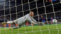 Tendangan penalti pemain Barcelona, Neymar, digagalkan Manchester City, Willy Caballero, dalam laga Grup C Liga Champions di Camp Nou, Barcelona, Kamis (20/10/2016) dini hari WIB. (AFP/Lluis Gene)