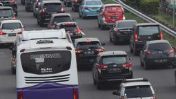 Suasana lalu lintas di ruas Tol Jagorawi, Jakarta, Sabtu (17/11). Pada libur akhir pekan yang berdekatan dengan libur Maulid Nabi Muhammad SAW, yakni pada Selasa (20/11) ini, lalu lintas di Tol Jagorawi terpantau padat merayap. (Merdeka.com/Imam Buhori)