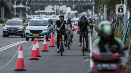 Pesepeda melintasi jalur sepeda di Jalan MH Thamrin - Sudirman, Jakarta, Rabu (22/7/2020). Regulasi untuk menjamin keselamatan pesepeda disiapkan untuk menyikapi maraknya penggunaan sepeda sebagai sarana transportasi masyarakat, selama masa transisi normal baru. (Liputan6.com/Johan Tallo)