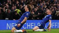 Bek Chelsea, David Luiz, merayakan gol yang dicetaknya ke gawang Manchester City pada laga Premier League di Stadion Stamford Bridge, London, Minggu (9/12). Chelsea menang 2-0 atas City. (AFP/Adrian Dennis)