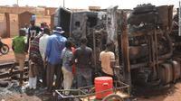 Sebuah truk tanker pengangkut minyak di ibu kota Niger, Niamey, terbalik dan terbakar --merenggut nyawa 55 orang yang hampir seluruhnya tewas saat berusaha mengumpulkan tumpahan bahan bakar (Boureima Hama / AFP PHOTO)