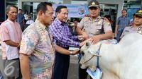 Direktur SCM, Imam Sudjarwo menyerahkan hewan kurban di kantor Indosiar, Jakarta, Jumat (9/9). SCM menyerahkan secara simbolik 5 ekor sapi dan 57 ekor kambing kepada Kelurahan, Koramil, Polsek dan Biro di seluruh Indonesia. (Liputan6.com/Helmi Afandi)