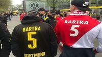 Pendukung Borussia Dortmund dan AS Monaco memberikan dukungan untuk Marc Bartra.