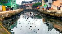 Sungai Lebak Cindo yang menjadi anak Sungai Musi di Palembang Sumatera Selatan (Sumsel) yang kumuh, berbau dan ditutupi sampah rumah tangga (Liputan6.com / Nefri Inge)