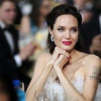 Jadi, bagi Angelina Jolie hal itu wajar saja terjadi karena dirinya menganggap mereka sebagai anaknya sendiri. (Christopher Polk  GETTY IMAGES NORTH AMERICA  AFP)