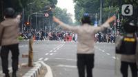 Pengunjuk rasa tolak UU Cipta Kerja bentrok dengan polisi di Kawasan Thamrin, Jakarta Pusat, Selasa (13/10/2020). Gas air mata ditembakkan ke arah pendemo yang melakukan perlawanan dengan melempar batu dan pecahan kaca. (merdeka.com/Imam Buhori)