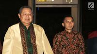 Ketua Umum Partai Demokrat Susilo Bambang Yudhoyono didampingi Edhi Baskoro Yudhoyono (Ibas) menunggu kedatangan petinggi DPP Partai Keadilan Sejahtera (PKS) di Gran Melia, Jakarta, Senin (30/7). (Liputan6.com/Herman Zakharia)