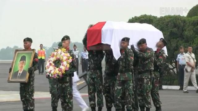 Jenazah KH Hasyim Muzadi tiba di Halim Perdanakusuma sekitar pukul 13.00 setelah diterbangkan dari Malang.