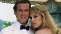 Roger Moore dan Tanya Roberts dalam A Time to Kill. (Foto: Metro-Goldwyn-Mayer Studios via IMDb)