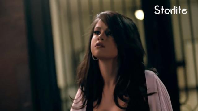 Selena dan The Weeknd tampak berpelukan dan berciuman di depan restoran tempat mereka makan malam.