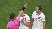 Harapan Polandia untuk memenangi pertandingan ini semakin sulit terwujud setelah kehilangan satu pemain. Grzegorz Krychowiak diganjar kartu merah pada menit ke-62. (Anton Vaganov/Pool via AP)