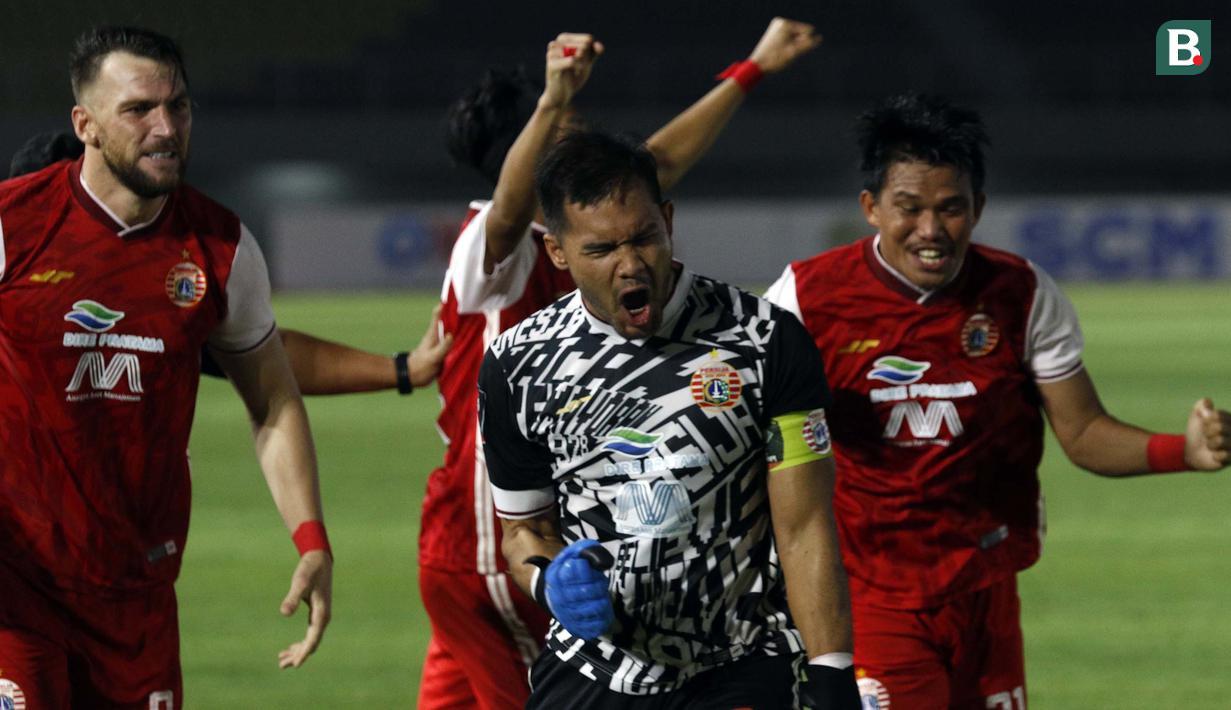 Selebrasi kiper Andritany Ardhiyasa (tengah) dan para pemain Persija Jakarta usai memenangkan adu penalti 4-3 atas PSM Makassar dalam laga leg kedua semifinal Piala Menpora 2021 di Stadion Manahan, Solo, Minggu (18/4/2021). (Bola.com/Ikhwan Yanuar)