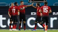 Gelandang Manchester United Ander Herrera (ketiga kiri) berselebrasi bersama rekan-rekannya usai mencetak gol ke gawang Real Madrid pada pertandingan ICC 2018 di Miami Gardens, Fla (31/7). MU menang tipis 2-1 atas Madrid. (AP Photo/Brynn Anderson)