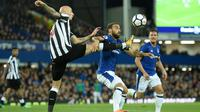 Pemain Newcastle United, Jonjo Shelvey (kiri) menghalau bola dari kejaran pemain Everton, Cenk Tosun pada lanjutan Premier League di Goodison Park, Liverpool,(23/4/2018). Everton menang 1-0. (AFP/Oli Scarff)