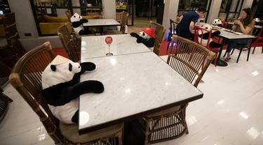 Restoran Maison Saigon menggunakan boneka panda untuk menjaga jarak para tamu di Bangkok, Rabu (13/5/2020). Pemerintah Thailand sudah memberlakukan pelonggaran lockdown atau pembatasan wilayah sehingga sejumlah restoran dan toko-toko dapat beroperasi kembali seperti biasa. (AP/Sakchai Lalit)