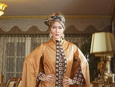 Gaya elegan Inul Daratista mengenakan busana berwarna oranye, lengkap dengan turban di kepalanya. Turban yang dipakainya kali ini berwarna coklat keemasan yang melambangkan keeleganan. (KapanLagi.com/Bambang E Ros)