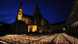 Lilin dinyalakan untuk memperingati para korban pandemi virus corona COVD-19 di Kastil Praha, Praha, Republik Ceko, Senin (10/5/2021). Republik Ceko melonggarkan pembatasan terkait COVID-19 secara besar-besaran kendati hampir 30 ribu orang telah meninggal. (AP Photo/Petr David Josek)