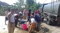 Warga Desa Weninggalih, Kecamatan Jonggol, Bogor sedang antre air bersih bantuan dari TNI, Jumat (2/8/2019). Wilayah tersebut sudah mengalami krisis air bersih sejak dua bulan terakhir. (Liputan6.com/Achmad Sudarno)