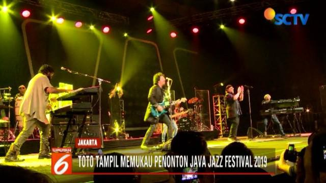 Seolah tak ada batasan, tua, muda, bahkan remaja menikmati lagu-lagu hit yang disuguhkan grup band beraliran rock jazz fusion ini, seperti I'll Be Over You, I Will Remember, dan Rosanna.