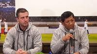 Komisaris PT PBB, Kuswara S. Taryono (kanan), dan pelatih Persib, Miljan Radovic, di Graha Persib, Jl. Sulanjana, Bandung, Minggu (13/1/2019). (Bola.com/Erwin Snaz)
