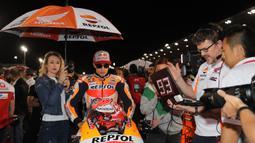 Pebalap Repsol Honda, Marc Marquez bersiap mengikuti balapan pada MotoGP Qatar di Sirkuit Losail, Doha, Minggu (18/3/2018). Dirinya finish kedua terpaut 0,027 detik dari Andrea Dovizioso dengan catatan waktu 42 menit 34,654 detik. (AFP/Karim Jaafar)