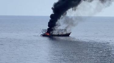 Kapal nelayan terbakar di Laut Jawa, Bangka Belitung. (Liputan6.com/Ahmad Adirin)