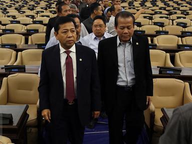 Ketua DPR Setya Novanto (kiri) bersama Wakil Ketua DPR Taufik Kurniawan meninjau kesiapan ruang Rapat Paripurna I, Kompleks Parlemen, Jakarta, Rabu (1/3). (Liputan6.com/Johan Tallo)