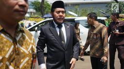 Ketua MK Anwar Usman tiba di rumah duka Presiden ke-3 RI BJ Habibie di kawasan Kuningan, Jakarta, Kamis (12/9/2019). Sejumlah tokoh nasional terus berdatangan ke rumah duka atas meninggalnya BJ Habibie. (Liputan6.com/Immanuel Antonius)