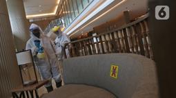 Petugas melakukan penyemprotan cairan disinfektan di lobi Kantor PLN Pusat, Jalan Trunojoyo, Blok M, Jakarta, Selasa (21/7/2020). PT PLN (Persero) menyemprotkan cairan disinfektan secara rutin dan berlaku protokol kesehatan selama pandemi COVID 19. (Liputan6.com/Herman Zakharia)