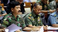 Panglima TNI Jenderal Hadi Tjahjanto (kiri) saat mengikuti rapat dengan Komisi I DPR di Senayan, Jakarta, Kamis (7/6). Rapat juga membahas Rencana Kerja Pemerintah (RKP) pada sektor pertahanan Tahun 2019. (Liputan6.com/JohanTallo)