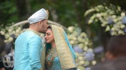 Akad nikah yang digelar di Pine Hill, Kabupaten Bandung, Jawa Barat ini mengusung konsep adat Minang. Pakaian yang digunakan oleh Ammar dan Irish memiliki sentuhan warna biru dan juga emas.  (Kapanlagi.com/Bayu Herdianto)